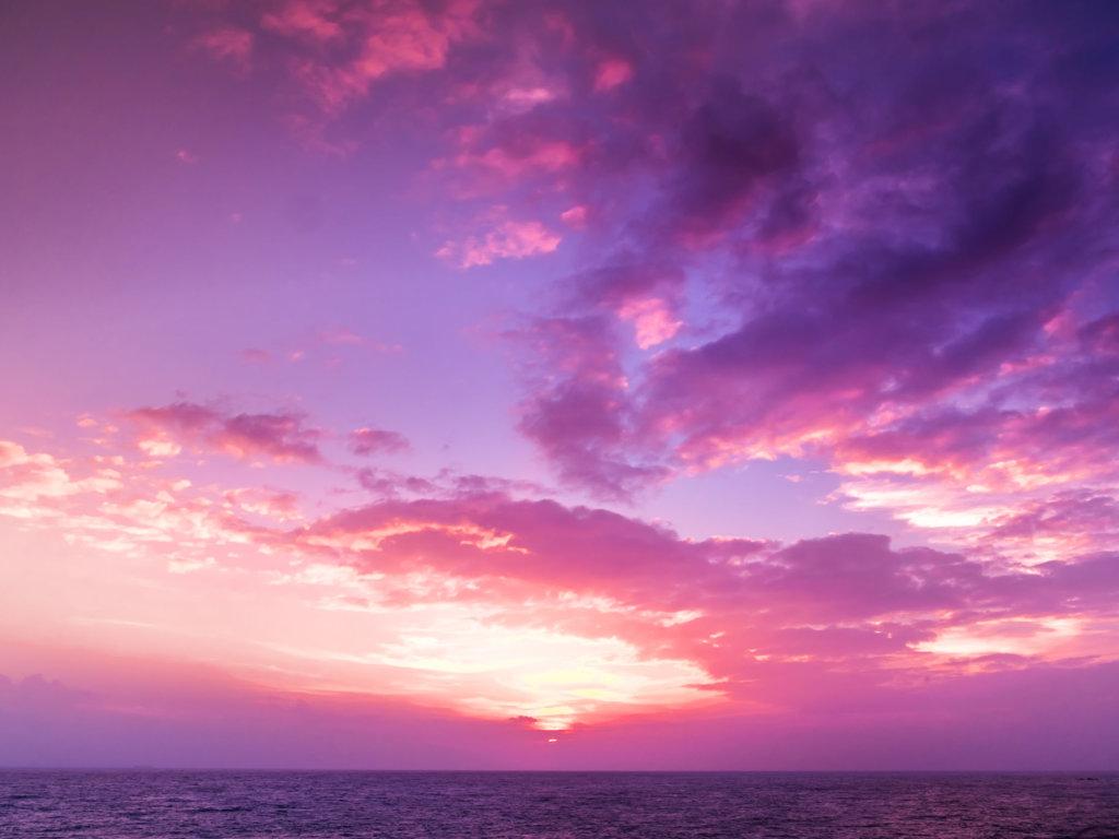 Niezwykłe zjawiska pogodowe: Co zwiastuje purpurowe niebo?