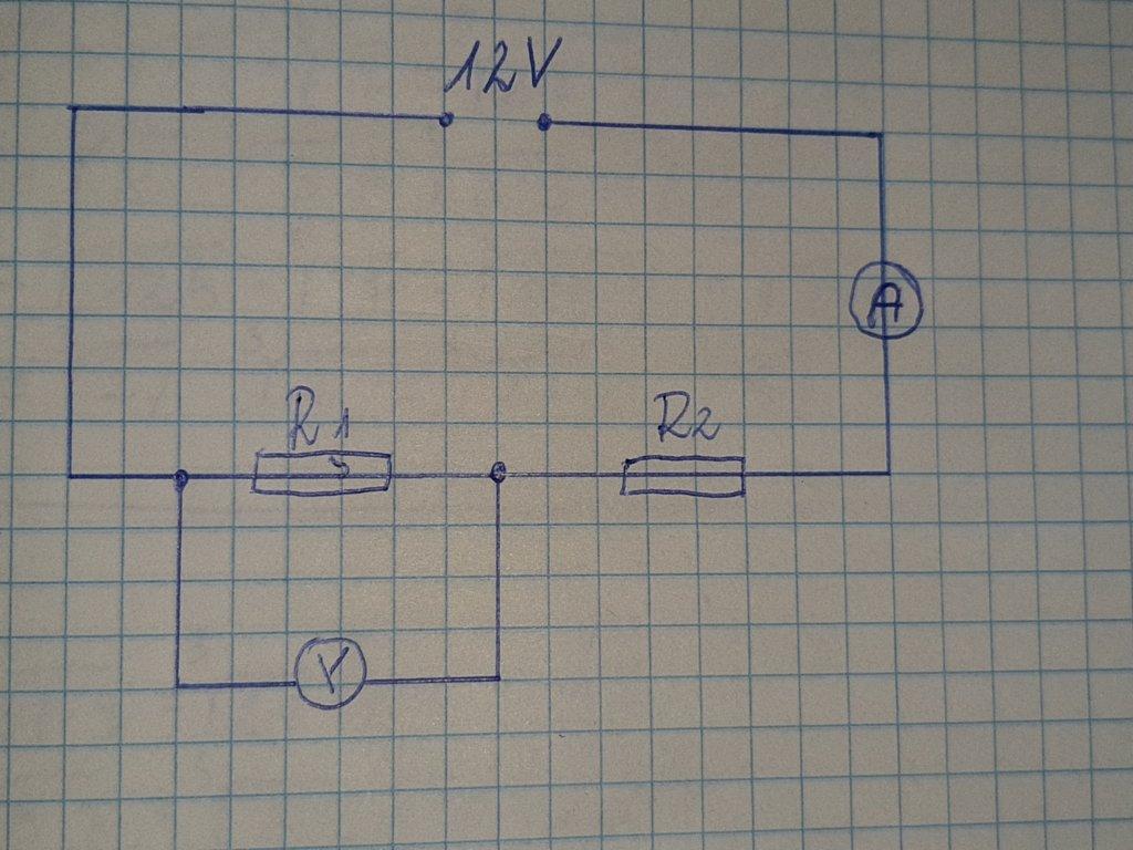 Woltomierz o bardzo dużym oporze dołączony do opornika o oporze R1 wskazuje 4V, A amperomierz o - załącznik 1
